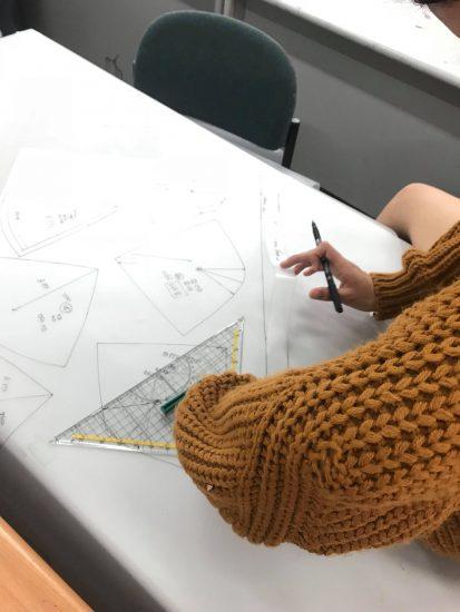 תמונה מתוך קורס תפירה של האקדמיה לעיצוב