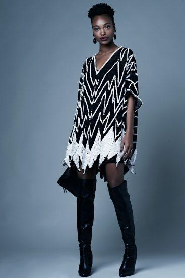 תמונה של דוגמנית מציגה את הבגדים בלימודי עיצוב פנים