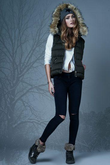 תמונה של דוגמנית מציגה את הקולקציה החדשה בקורס עיצוב אופנה