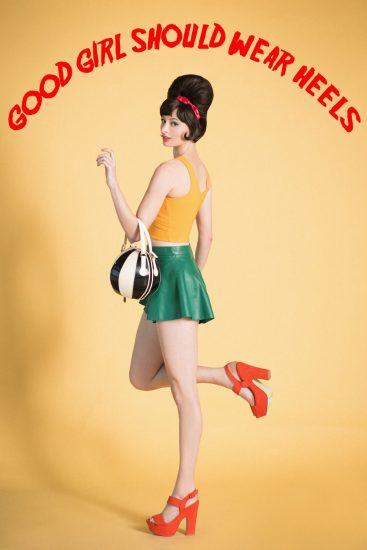תמונה של דוגמנית מדגמנת את הבגדים של קורס לימודי עיצוב אופנה