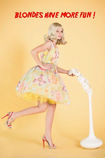 תמונה של דוגמנית מציגה את הבגדים החדשים של סטודנטיות קורס עיצוב אופנה